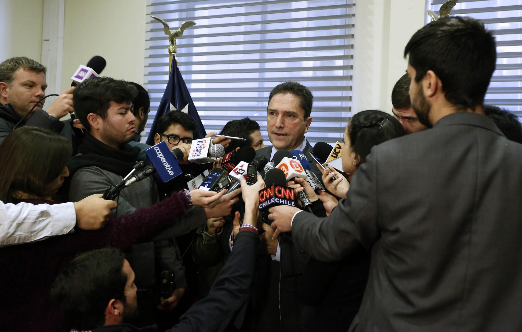 Ministro de Defensa impone nueva exigencia a FF.AA. por violaciones a DD.HH.