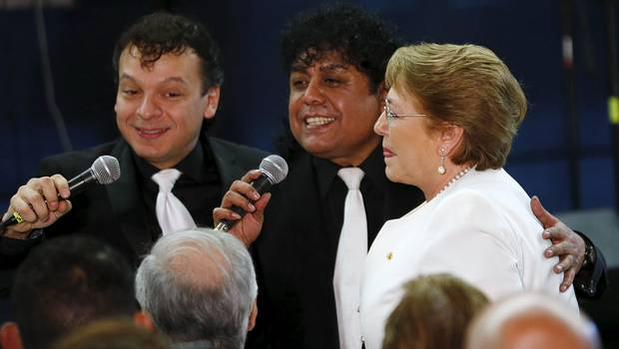 Video: Bachelet canta en México con Los Ángeles Negros