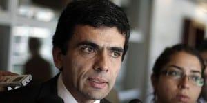04 de diciembre de 2014/SANTIAGO  El fiscal Carlos Gajardo habla con la prensa tras asistir al octavo juzgado de garantía del centro de justicia para presentar una acusación en el caso CNA  FOTO:FRANCISCO CASTILLO D./AGENCIAUNO