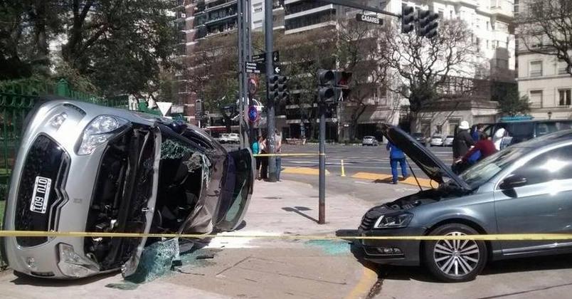 El Citroen volcado y casi destruido era el auto que conducía Iván Zamorano.