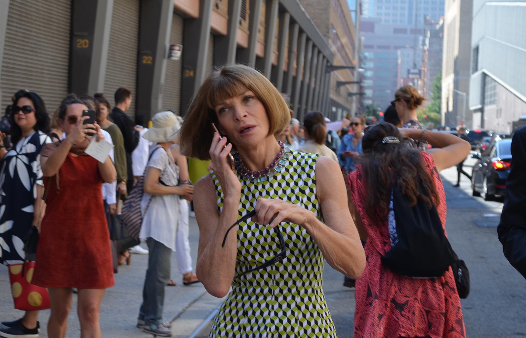 Anna Wintour y su equipo de Vogue en el desfile de Ralph Lauren