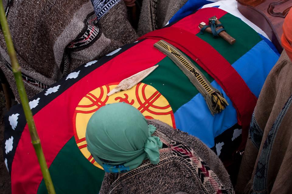 Eluwun del Weichafe Rodrigo Melinao Lican, encontrado muerto en un camino rural. Su asesinato sigue impune (2013)