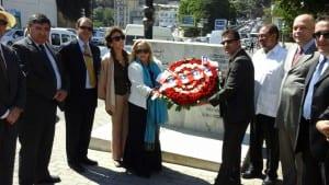 Presentación de ofrenda floral en plaza Salvador Allende en Argel, junto a embajadores de México y Argentina; la senadora Hafida Benchehida y  al presidente  del grupo amistad argelino chileno de Asamblea  Popular Nacional, diputado Noureddine Benkirane.