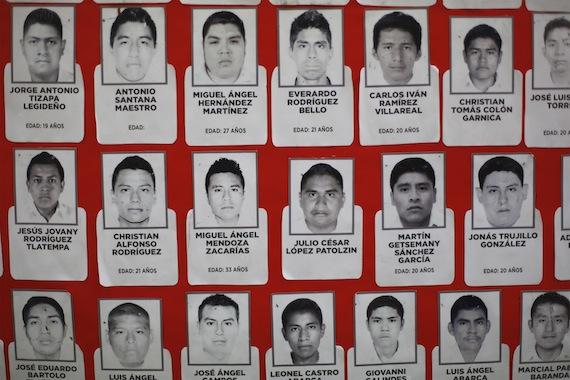 AYOTZINAPA, GUERRERO, 15OCTUBRE2014.- Integrantes de la Asamblea Nacional Popular ofrecieron una rueda de prensa para fijar su postura y anunciar las acciones que emprenderán para exigir la aparición de 43 estudiantes normalistas de Ayotzinapa desaparecidos y justicia para los asesinados.  FOTO: FÉLIX MÁRQUEZ / CUARTOSCURO.COM