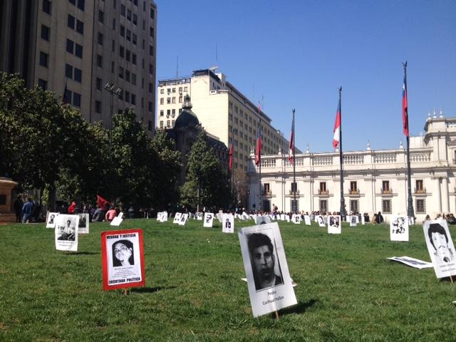 """La Plaza de la Constitución """"floreció """" con cientos de imágenes de detenidos desaparecidos , un mudo y estremecedor homenaje ."""
