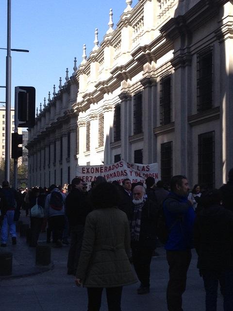 Miles de personas caminaron por Morandé, para rendir homenaje frente  a la histórica puerta  con el número 80,  a un costado de La Moneda.