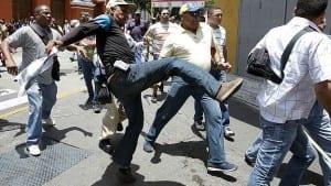 Un activista de 65 años murió de un infarto poco después de los enfrentamientos, según el partido opositor Voluntad Popular.