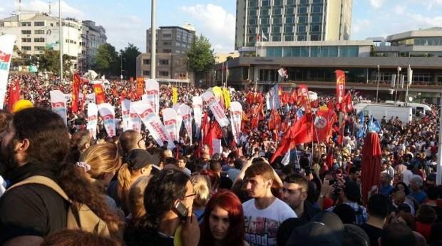 Este domingo protestas contra el atentado de ayer,   ser repolican en toda Turquía. Plaza de Taksim en Estambul,
