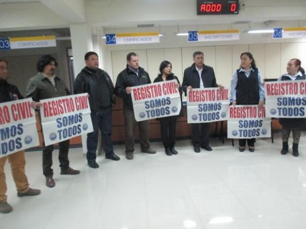 Trabajadores fiscales en oficina del Registro Civil de Punta Arenas apoyando el paro.