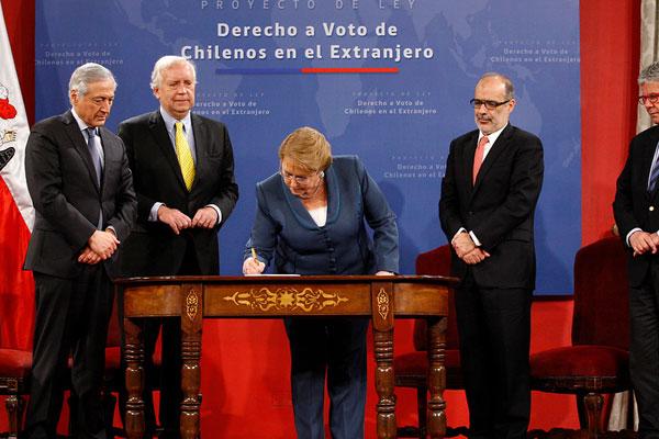 Bachelet firma proyecto de ley que regula el voto de los chilenos en el extranjero