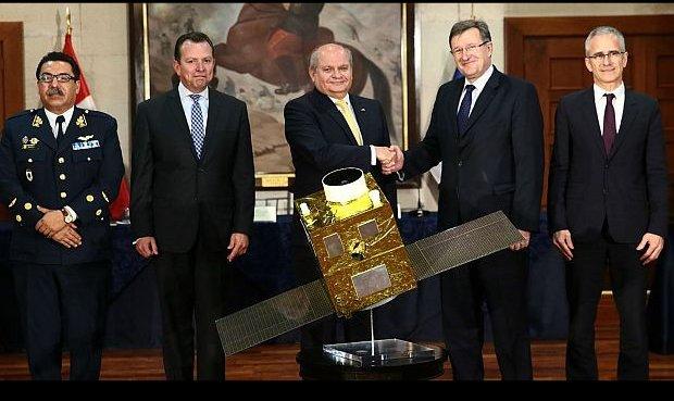 El momento en que se selló el acuerdo de compra por el entonces ministro de Defensa, Pedro Cateriano, y el embajador de Francia en Perú, Jean-Jacques Beaussou.