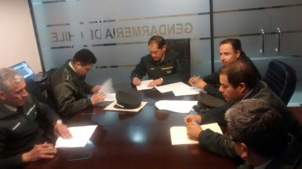 Dirigentes de Gendarmes en paro revisan Protocolo de Acuerdo que negociaron con el Gobierno y  que luego aprobaron, poniendo fin a la movilización.
