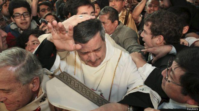 Obispo de Osorno se ciñe con fuerza la mitra