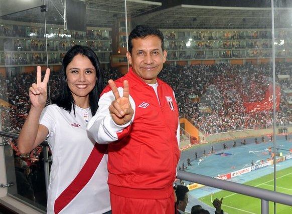 """El Presidente de Perú, Ollanta Humala, junto a su esposa, anoche en el """"Nacional"""" de Lima."""
