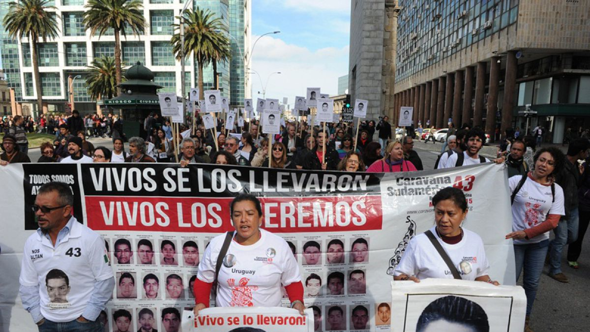 México: Padres de estudiantes desaparecidos acampan cerca del palacio presidencial