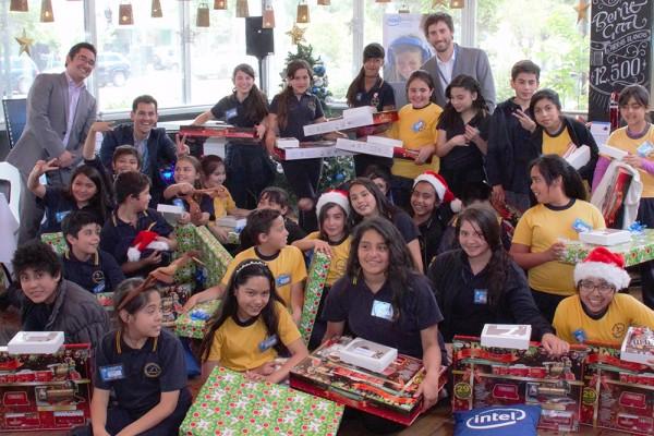 Fundación Belén Educa junto a Intel le adelantaron la navidad a los alumnos del Colegio Cardenal José María Caro de La Pintana