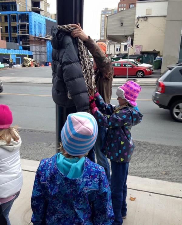 abrigos-atados-postes-indigentes-invierno-canada-tara-smith-atkins-4