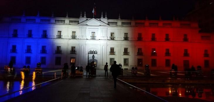 La Moneda rinde homenaje a víctimas de París y se ilumina de tricolor