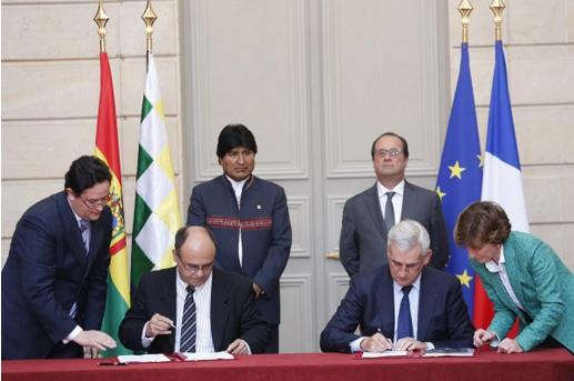 Ministro de Defensa de Bolivia, Remy Ferreira y el presidente de Thales Air Systems, Guy Delavacque, firman el contrato por 185 millones de euros para la compra de radares militares a Francia.
