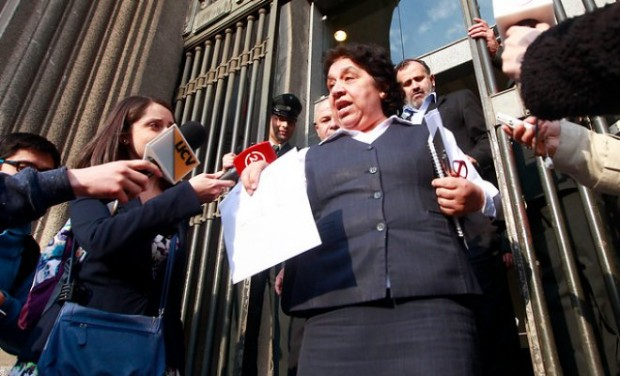 """Nelly Díaz mostrando documentos sobre notificación de descuentos a funcionarios que estuvieron en paro, anunció un """"Recurso de Protección""""."""