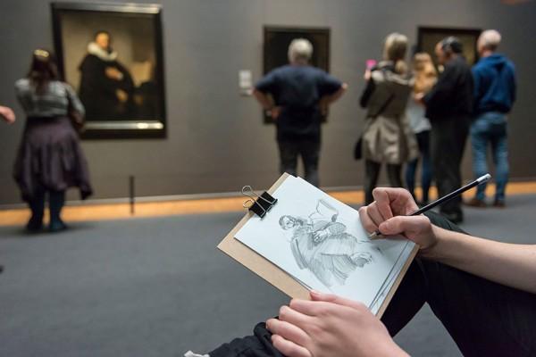 visitantes-museo-dibujos-obras-rijksmuseum-amsterdam-6