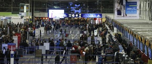 """Pesadilla en Aeropuerto: Llaman a llegar con """"cuatro o cinco horas de anticipación"""" a vuelos internacionales por paro de DGAC"""
