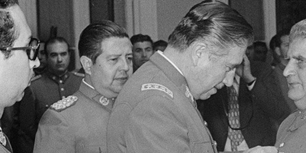Manuel Contreras, con grado de coronel, unto a Pinochet. una de las pocas imágenes públicas de ambos.