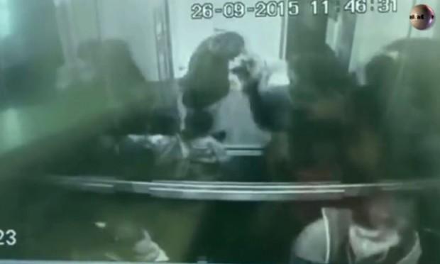 Imagen de la cámara de seguridad en el momento en que el médico lanza al perro fuera del ascensor.