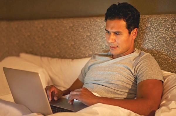 man-in-bed-on-laptop_fotor