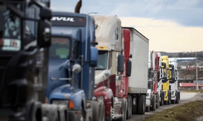 Camioneros aún no descartan paro por alza de peajes esta semana