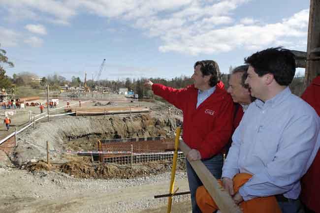 Ministro Golborne inspecciona trabajos de construcción de puente Cau Cau en Valdivia. (07/09/2012 11:00:00 )