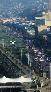 Puerto Montt: vista de la gigantesca marcha en apoyo a Chiloé, convocada por funcionarios públicos a la que se plegaron diversas organizaciones. Calculan más de 5 mil personas.