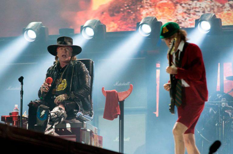 Axel Rose debuta como vocalista de AC/DC