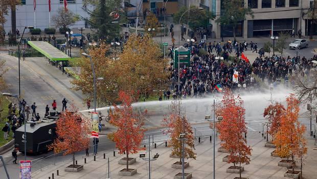 Marcha no autorizada: Estudiantes culpan a Burgos y a Orrego por incidentes