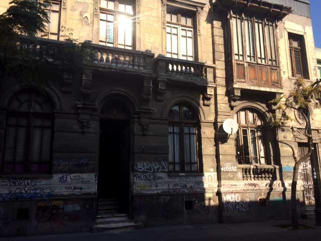 Casa de dos pisos con balcones en Huérfanos esquina Almirante Barroso. Su deterioro habla por sí solo.