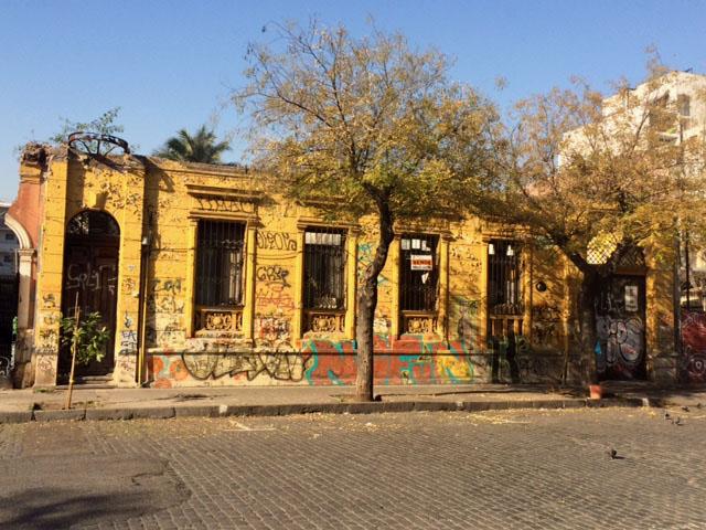En calle Carrera, a media cuadra de Alameda, esta fachada de una casa que tuvo dos pisos. Está a la venta.