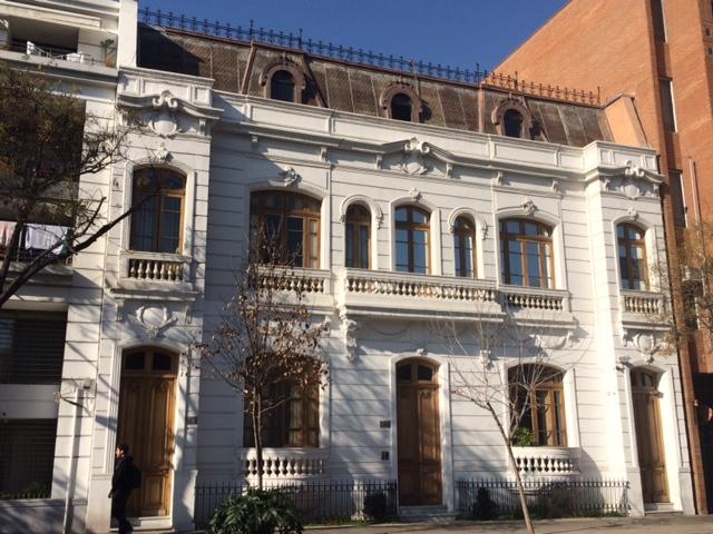 En la misma calle Carrera, este edificio fue rescatado y mantiene su esplendor original. Está entre dos torres de departamentos.