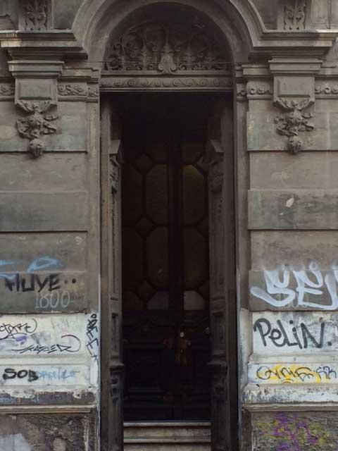 Detalle del acceso principal a la casa de Huérfanos con Almirante Barroso.