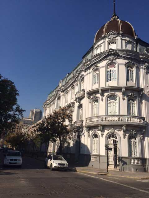 Hace unos años fue rescatado este magnifico edificio que mantiene su cúpula. Moneda esquina Cienfuegos.