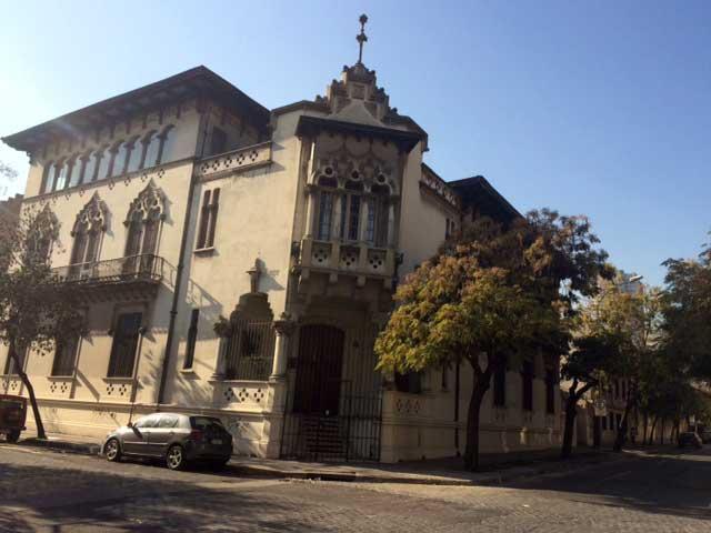 Sede de la Conferencia Episcopal en regulares condiciones, en  Erasmo Escala con Cienfuegos.