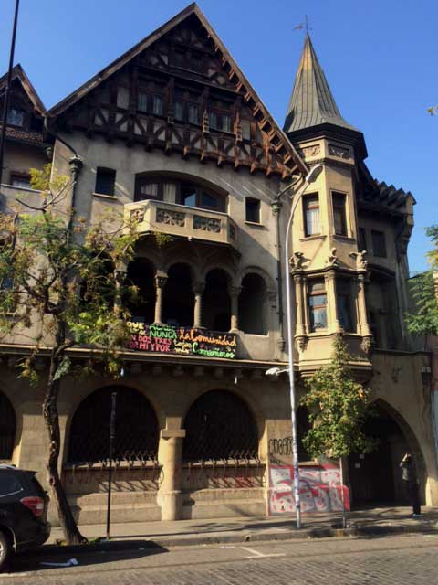 Un clásico de la calle Cienfuegos, la que fuera la sede de Colo Colo, hoy es una sede universitaria con evidentes daños por rayados..