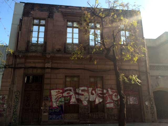 """En calle Cienfuegos, frente a la ex sede de Colo Colo, está esta fachada a la espera de la """"picota"""". Su deterioro es total."""
