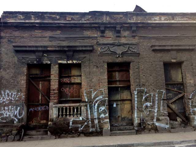 Fachada de una casa a la espera de su demolición total en calle  Amunátegui.