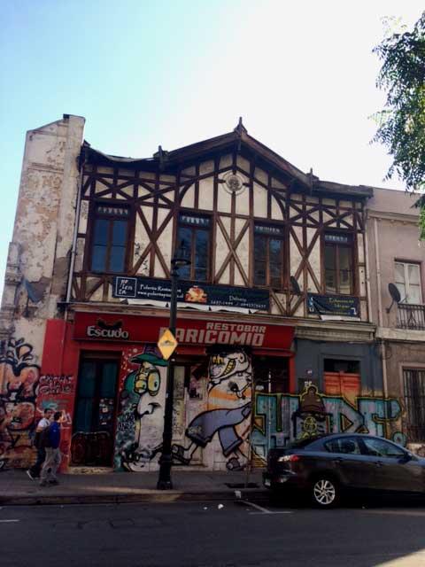 En pleno Barrio Universitario, en calle Echaurren, a una cuadra de Alameda, esa casona que alberga un restaurant.