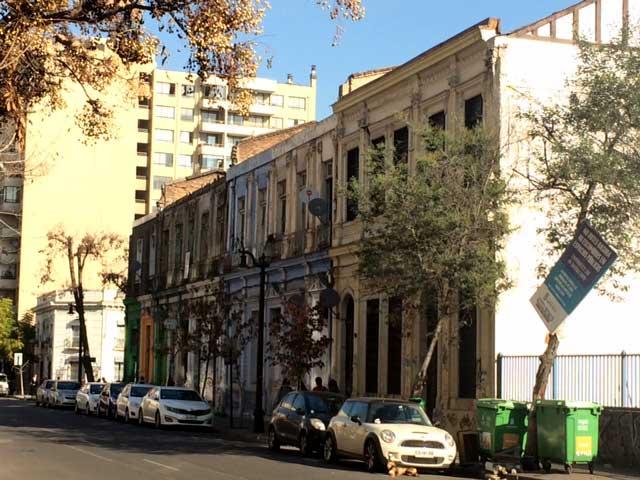 Conjunto de edificios continuos que recuerdan Valparaíso, en Echaurren a una cuadra de Alameda.