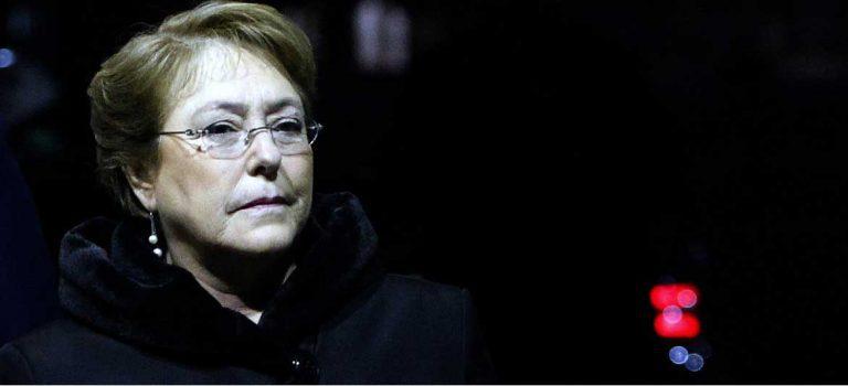 """Editorial de Qué Pasa torea a Bachelet y la desafía """"a que se siga enterando de los asuntos importantes por la prensa"""""""
