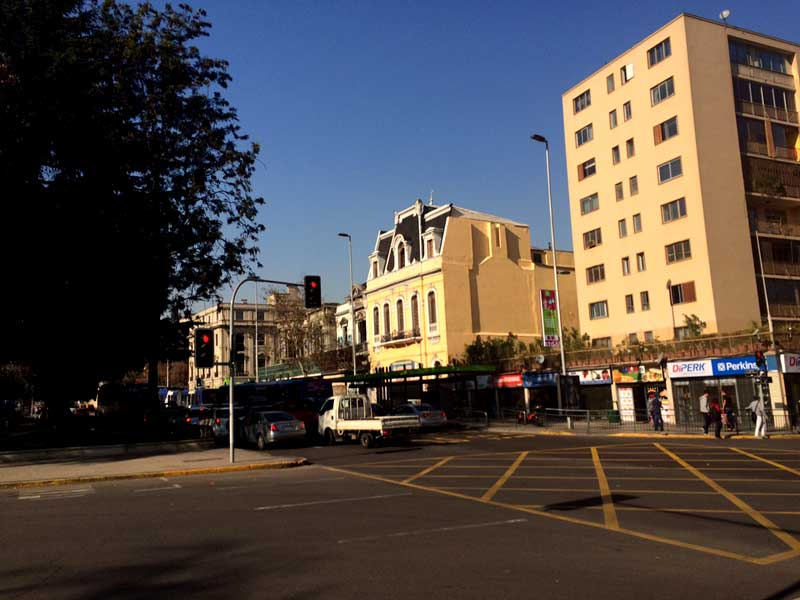 En Alameda, entre Vergara y Ejército, aún sobrevive un edificio del 1900.