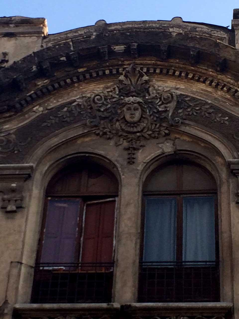 Detalle de la coronación y  ornamentación de edificio de calle Cienfuegos.