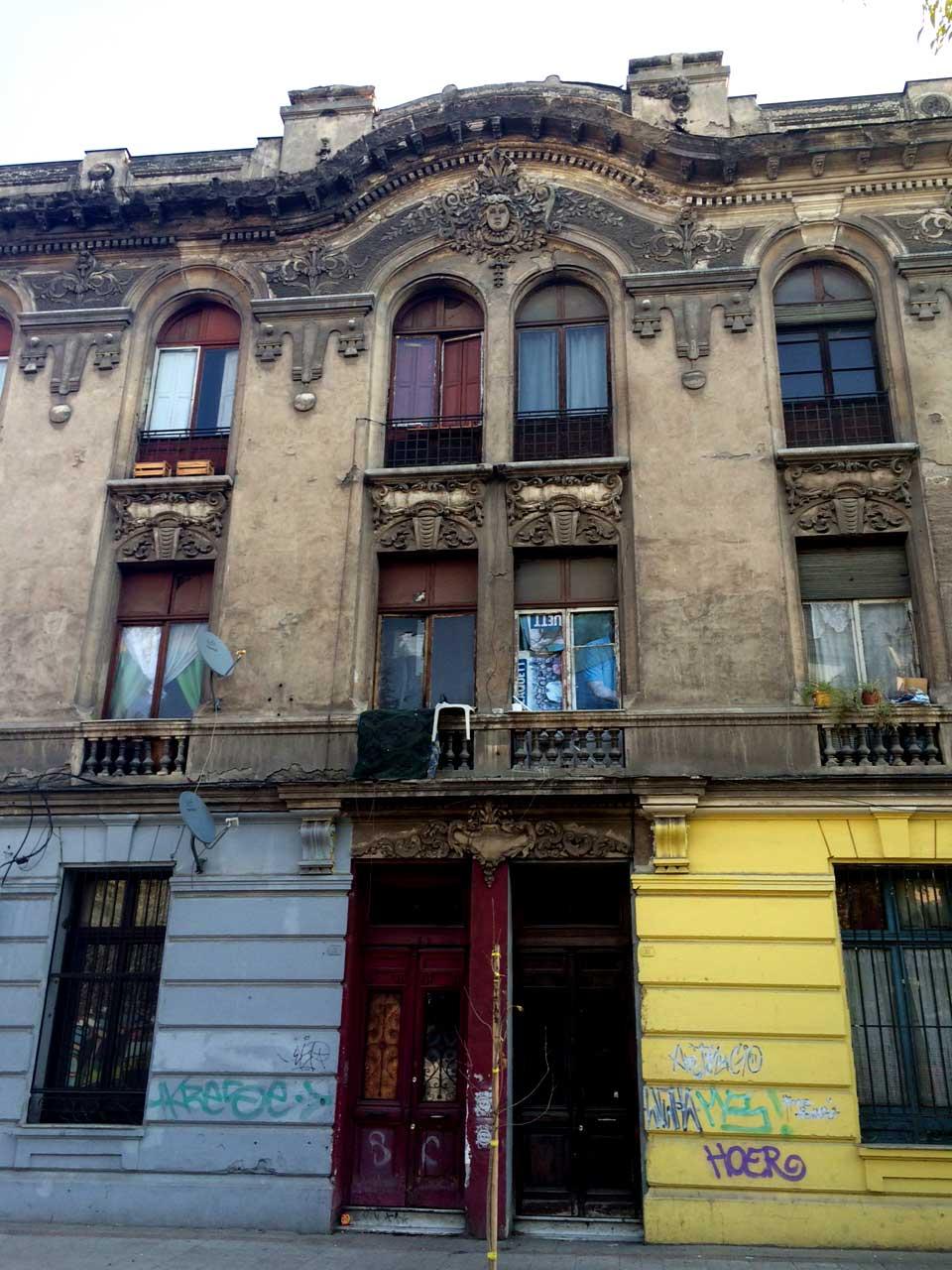 En Calle Cienfuegos, entre Agustinas y Huérfanos, este edificio de tres pisos, con notables detalles en su fachada, muestra su deterioro.