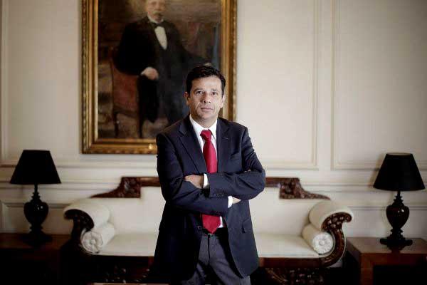 Alejandro Micco en los señoriales salones del Ministerio de Hacienda, en una de esas, tanta ambientación decimonónica ayudan al pensamiento del subsecretario.